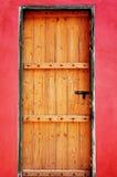 Houten deur als rode muur Stock Foto's