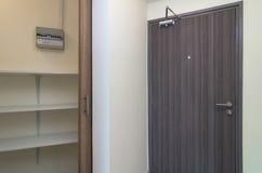 Houten deur en Provisiekamer in luxeruimte Stock Fotografie