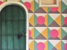 Houten deur en veelkleurige muur Royalty-vrije Stock Afbeeldingen