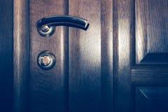 Houten deur met een klink Stock Afbeeldingen