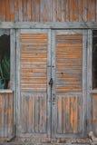 Houten deur met een slot op een oud blokhuis stock fotografie