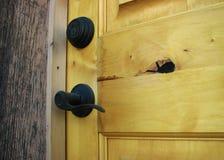 Houten deur met ijzerhardware Stock Afbeeldingen