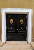 Houten deur met knop in de vorm van messingsleeuw, Monaco Stock Foto's