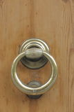 Houten deur met oud bronshandvat Royalty-vrije Stock Foto