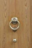 Houten deur met oude bronshandvatten en knop Royalty-vrije Stock Fotografie