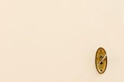 Houten deur met uitstekende sleutelgat en sleutel Stock Afbeelding