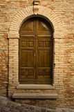 Houten deur in steenoverwelfde galerij Stock Foto