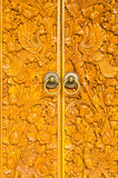 Houten deur van buitenhuis met gesneden ornament Royalty-vrije Stock Foto