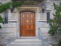Houten deur van de universiteitsbouw Stock Foto