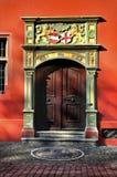 Houten deur van Oud Stadhuis in Freiburg-im-Breisgau, Duitsland stock fotografie