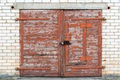 Houten deur van verlaten garage royalty-vrije stock afbeeldingen
