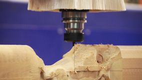 Houten deurcnc gravure en snijmachine stock footage
