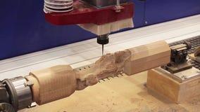 Houten deurcnc gravure en snijmachine stock videobeelden