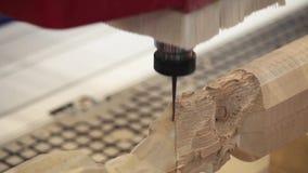 Houten deurcnc gravure en snijmachine stock video