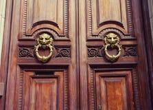 Houten deuren bij de ingang aan het huis in Europa stock afbeeldingen