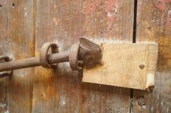Houten deuren en sloten in een oud huis Stock Afbeeldingen