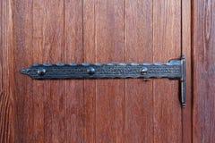 Houten deuren en uitstekende metaalscharnieren stock afbeelding