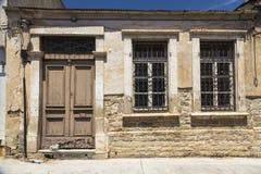 Houten deuren en vensters met bars in het oude gebouw Stock Foto's