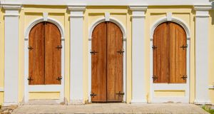 Houten deuren en vensters met blinden Stock Foto's