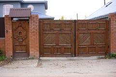 Houten deuren en vloer van oud Thais huis Stock Fotografie
