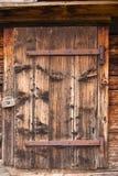 Houten deuren van het oude Chalet Lauterbrunnen, Zwitserland stock foto