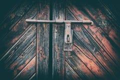 Houten deuroppervlakte met hangslot, abstracte achtergrond met twee lagen Stock Foto