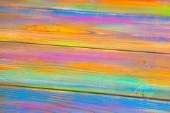 Houten die achtergrond met kleurrijke verven wordt gekleurd Stock Foto's