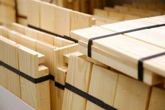 Houten die balen van stroken met plastic band op houten stralen worden ingepakt royalty-vrije stock foto's