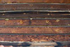 Houten die bars in de zon van pijnboom en gele knoop worden gebrand Stock Afbeelding