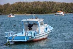 Houten die boten in verbindingskanaal worden verankerd met het overzees Stock Afbeeldingen