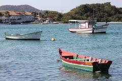 Houten die boten in verbindingskanaal worden verankerd met het overzees Royalty-vrije Stock Afbeeldingen
