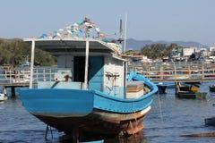 Houten die boten in verbindingskanaal worden verankerd met het overzees Stock Foto's