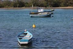 Houten die boten in verbindingskanaal worden verankerd met het overzees Stock Fotografie