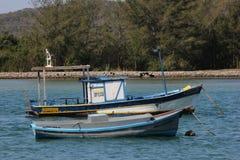 Houten die boten in verbindingskanaal worden verankerd met het overzees Stock Afbeelding