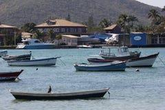 Houten die boten in verbindingskanaal worden verankerd met het overzees Royalty-vrije Stock Fotografie