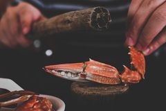 Houten die brijkrab wordt gebruikt om gekookte krabben te slaan stock afbeeldingen