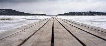Houten die brug en meer, met ijs wordt behandeld Royalty-vrije Stock Afbeelding