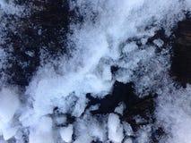 Houten die busbank met de sneeuw wordt behandeld royalty-vrije stock foto's