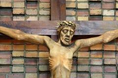 Houten die cijfer van Jesus, in de kerk tijdens Pasen wordt gekruisigd Royalty-vrije Stock Foto