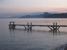 Houten die dok op de Zwarte Zee, in de vroege ochtend wordt gefotografeerd Stock Fotografie