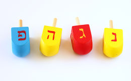 Houten die dreidels voor hanukkah op witte achtergrond wordt geïsoleerd Stock Afbeeldingen