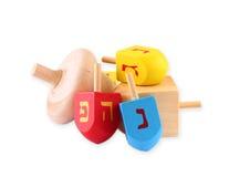 Houten die dreidels voor hanukkah op witte achtergrond wordt geïsoleerd royalty-vrije stock foto