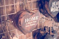 Houten die harten keurig op een turkooise uitstekende houten achtergrond worden geplaatst Handcrafted houten harten met tekst in  Stock Fotografie