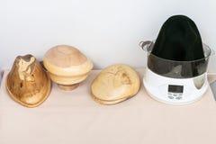 Houten die hoed-blokken voor het vormen van vilten hoeden worden gemaakt Stock Foto's