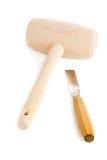 Houten die houten hamer en beitel op wit wordt geïsoleerd Stock Foto