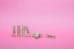 Houten die Klem op Roze Achtergrond wordt geplaatst Stock Afbeeldingen