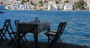 Houten die lijst en stoelen op cli?nten door de overzeese kust wordt voorbereid stock footage
