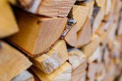 Houten die logboeken in delenclose-up worden gesneden Houten Materiële Textuur royalty-vrije stock foto