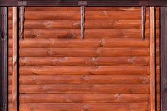 Houten die logboekhuis met pijnboomteer wordt behandeld, textuur voor uw ontwerp stock afbeeldingen