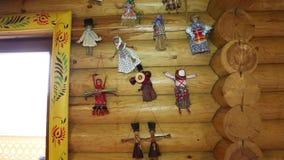 Houten die muur en venster in Russische stijl wordt verfraaid Doll, speelgoed, sjaals, houten producten stock videobeelden